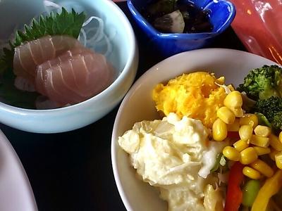 大西レストラン ランチバイキングのお刺身とサラダ